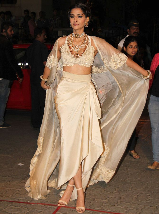 Sonam Kapoor in Annamika Khanna at the Filmfare Awards.