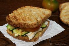 Sandwich tostato di pollo e zucchine