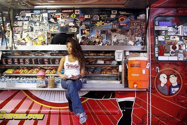 A comida de rua evoluiu e muito e os food trucks viraram febre no Brasil e também no exterior. Antigamente, só encontrávamos lanches nas ruas, mas os trailers viraram cozinhas portáteis, ganharam cores e hoje vendem várias opções de comida. Nesta imagem, a funcionária Jasmine Lim espera os clientes chegarem na Fuku Burger para anotar os pedidos durante evento de rua em Las Vegas-Imagem: Fuku Burger in downtown Las Vegas (© The Las Vegas Sun, Leila Navidi/AP)