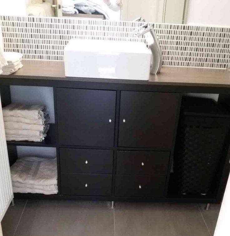 Les produits que j'utilisé sont des KALLAX 4 × 2 (avec des portes et des portes coulissantes) et CAPITA pour les pieds de meubles. Je voulais un meuble pour un lavabo pas cher et j'ai découvert que le KALLAX avait les bonnes mesures pour notre petite salle de bain. J'ai installé les pieds, parce que je veux pouvoir nettoyer sous le lavabo. Dans mes photos, vous pouvez voir la progression du montage dans différentes étapes. J'ai commencé par ce dessin, le produit fini est encore mieux que je…