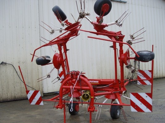 This tedder was produced by Pöttinger... More pics of the modell HIT 69 NS on http://www.agriaffaires.de/ventes-flash/1.html