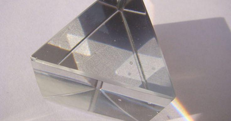 ¿Qué formas son prismas?. Un prisma se define como una forma tridimensional con múltiples caras, donde las caras superior e inferior son polígonos congruentes. Las caras superior e inferior también se conocen como bases. Los lados restantes del prisma, llamadas caras laterales, son normalmente de forma rectangular, de acuerdo con Math Mate. La forma de las dos bases ...