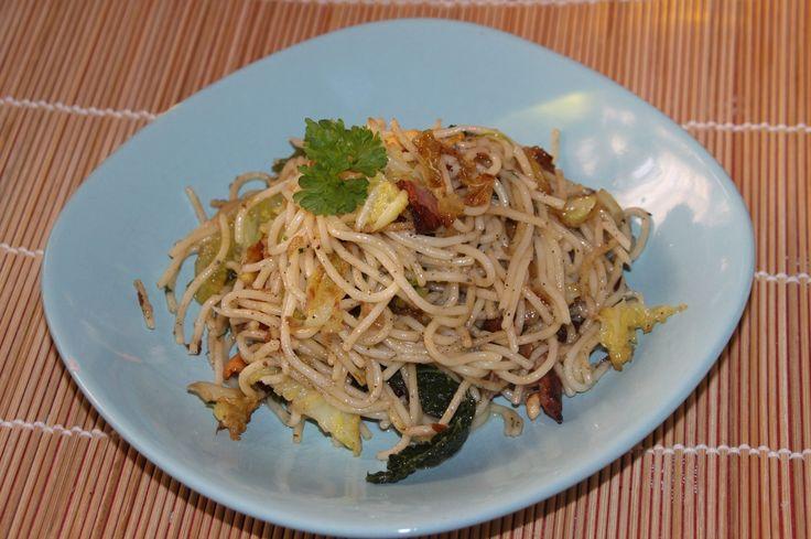 Spagetti pirított kelkáposztával és baconnel  http://www.noilogika.hu/sutes-fozes/lidl-szakacskonyv-teszt-spagetti-piritott-kelkaposztaval-es-baconnel/