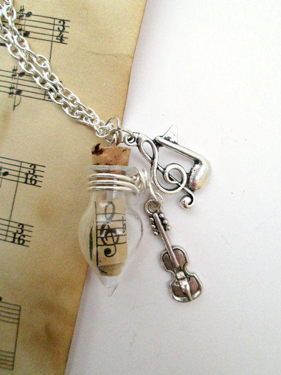 Este frasco de cristal de la lágrima pequeño (3cm) contiene un pergamino envejecido a mano de la música. Alambre plateado plata envuelve el frasco para