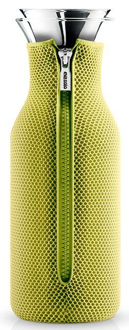 Eva Solo Karaf met Cover 10L 3D-Lime  Eva Solo Karaf met Cover 10L 3D-Lime Deze Eva Solo Karaf met neopreen cover is een echte eyecatcher!De karaf is perfect voor koude dranken hij past namelijk precies in de deur van jouw koelkast.De kleurige cover zorgt er ook voor dat de dranken lang koel blijven ideaal voor de zomer!Doe eenvoudig ijsklontje of schijfjes citroen in de karaf dankzij de grote opening. De druppelvrije schenktuit heeft een flip-deksel die automatisch opent wanneer je begint…