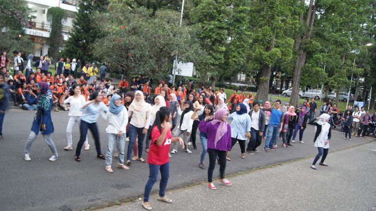 Ada flashmob juga yang ga kalah ramenya!!