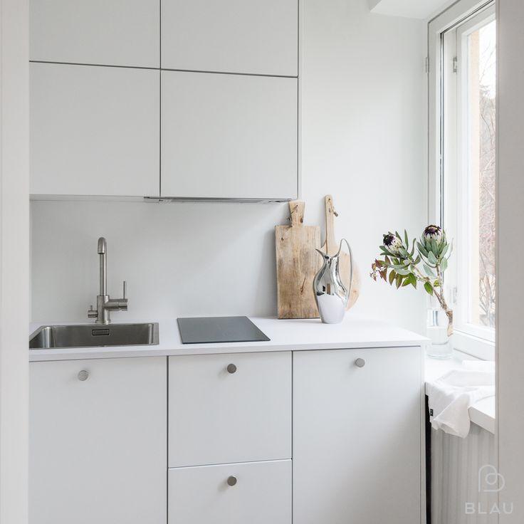 Aamun parhaat hetket alkaa omassa kauniissa keittiössä! Blau toteutti tämän kauniin ja toimivan yksiön keittiön Helsingin Ruskeasuolla.   #blau #blauinterior #keittiö #kitchen #kök #valkoinenkeittiö #fenixntm #reventurehomes #blanco #tapwell #rst #rstnuppivedin #keittiöremontti #keittiössä #keittiösuunnittelu #keittiössänyt #keittiöonkodinsydän #keittiökalusteet #rstallas #lapetek #telakkakatu #savodesign  Kuva: Jari Hudd Asunto: Reventurehomes
