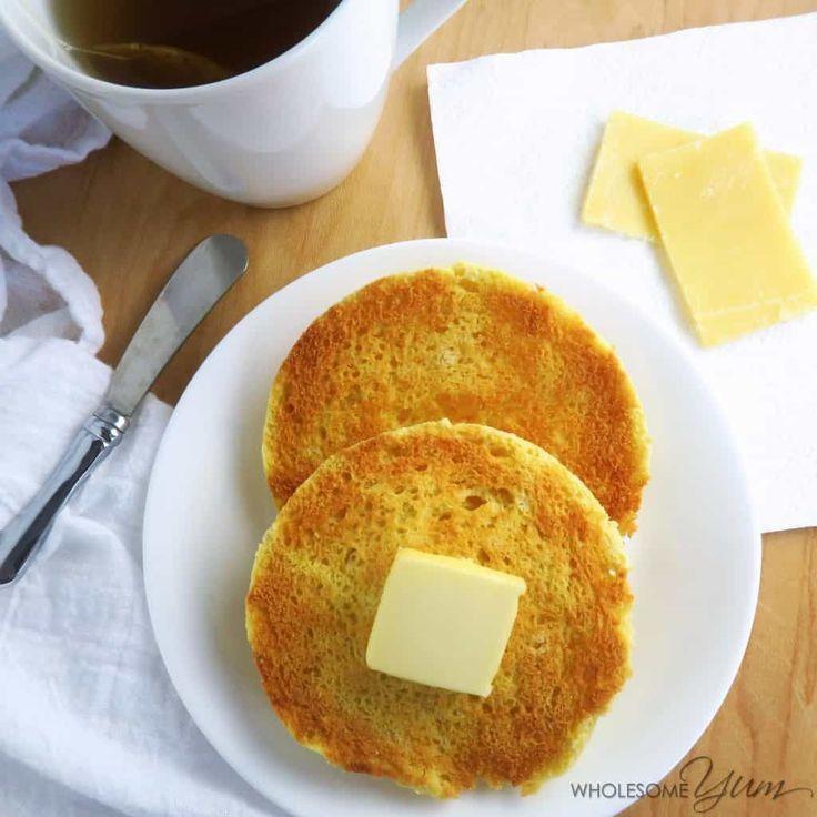 Mollete inglés tostado de 2 minutos (Paleo, Bajo Carb) - Este panecillo inglés paleo, bajo en carbohidratos es suave y con mantequilla dentro, crujiente en el exterior.  Fácil de hacer en sólo 2 minutos!