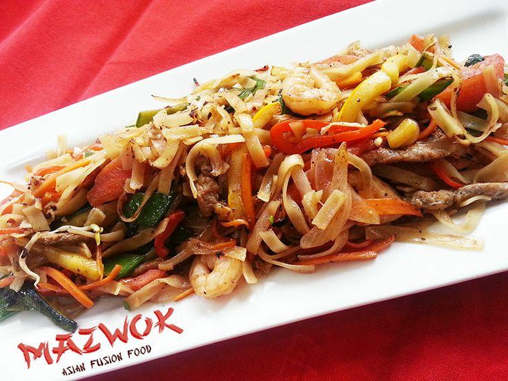 Pad Thai: plato a base de Noodles de arroz y verduras, salteado al wok con el más exquisito pollo, camarones y cerdo.