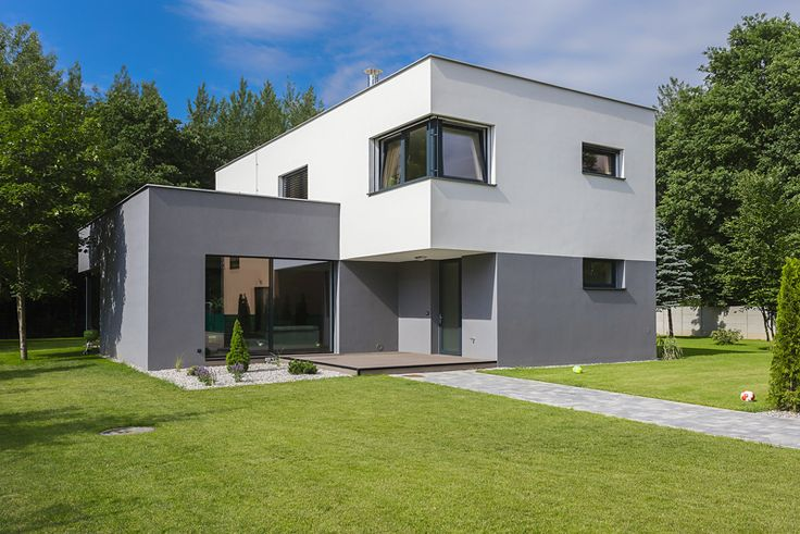 Pro rodinný dům architekti zvolili jednoduchou moderní architektonickou formu dvou vzájemně přeložených hranolů, což je zvýrazněno i dvoubarevnou fasádou.
