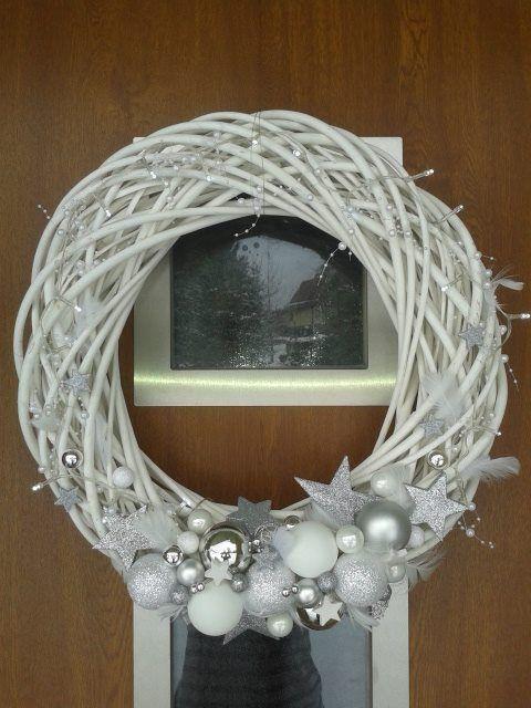 TRENDY: Bożonarodzeniowy wieniec z gałązek na drzwi