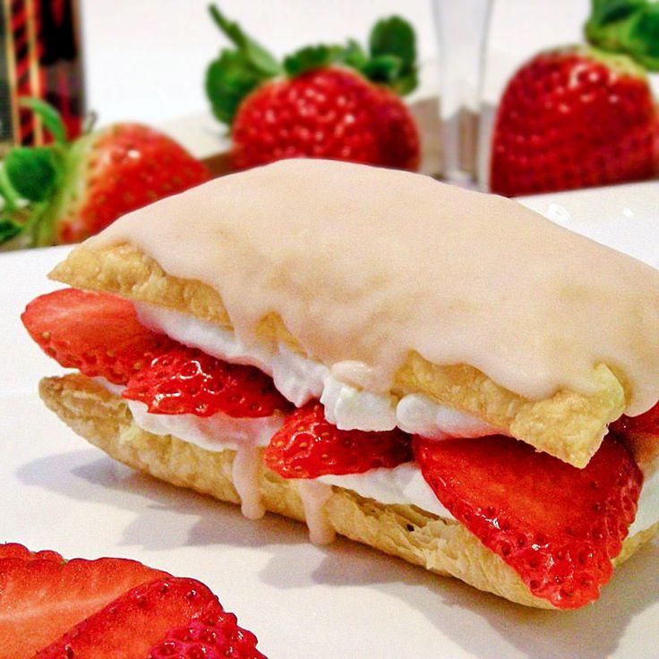 Tompouces met fraise des bois-glazuur,  gemarineerde aardbeien en slagroom. Heerlijk bij je high tea of als dessert!