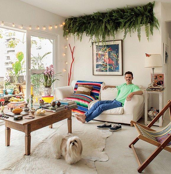 As samambaias enfileiradas na sala lembram as plantas das avós do diretor de arte de cinema Thiago Bastos. Elas ficam próximas à janela, em um nicho no alto da parede