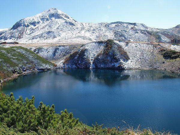 立山室堂散策のハイキングルート案内。ミクリガ池。周囲約630m、最大水深15mの火山湖です。背景は浄土山 北アルプス登山ルートガイド。Japan Alps mountain climbing route guide
