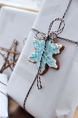 ✂ That's a Wrap ✂  diy ideas for gift packaging and wrapped presents - Snowflakes & Stars