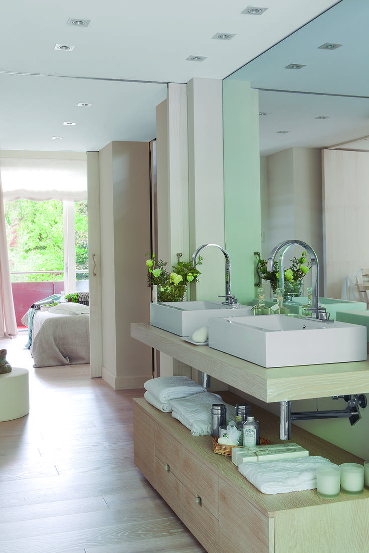 15 00305135. Baño conectado con el dormitorio, con doble lavamanos, amplio espejo y suelos y mobiliario de madera clara_305135