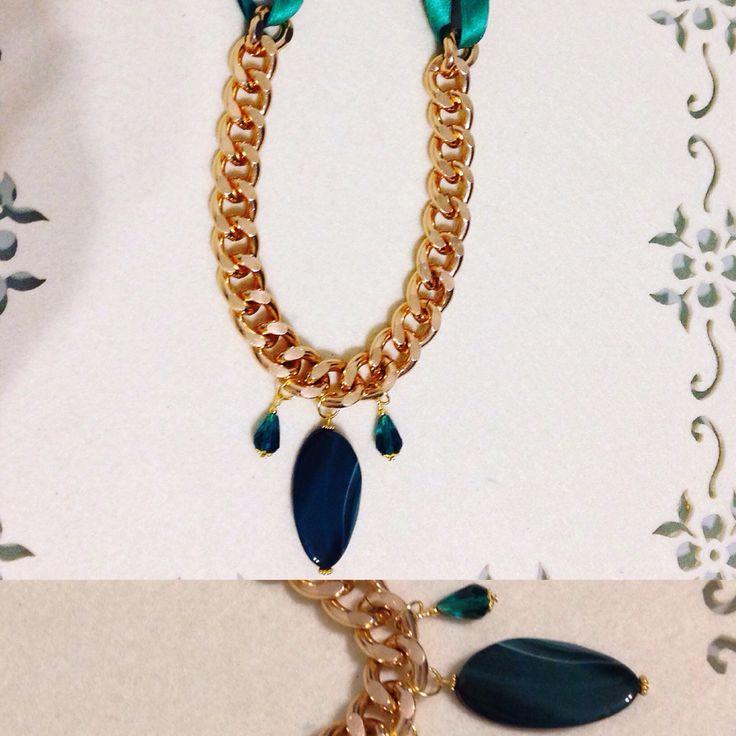 Collana in acciaio dorato  Con fettuccia in raso e pietra verde smeraldo