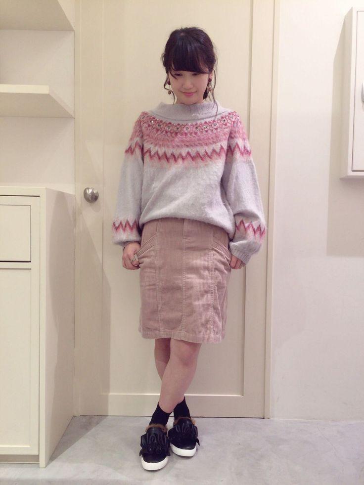 コーデュロイ台形スカート 今年大注目の台形スカートです。太めなコーデュロイが存在感ありますし、タイトではなく台形になっているので履きやすいです。トレンドのボリュームニットとの相性も抜群で、今年らしいガーリーなコーデに最適のアイテムです。