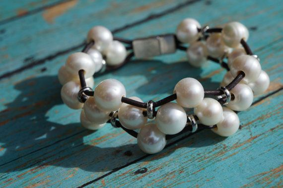 Veinticinco del agua dulce blanco cremoso gran agujero de perlas, tejidas cuidadosamente con suave cuero marrón rojizo y anillos de plata en el