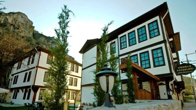 """UĞURLU KONAKLARI   Turizm profesyoneli ve sanat tarihçisi Gülsen Kırbaş'ın girişimiyle """"konak turizmini canlandırmak"""" amacıyla Kastamonu Konak İşletmeleri tarafından kurulan butik otel, 1,5 dönüm arazi içinde iki geleneksel Kastamonu evinden oluşuyor. Yörenin zevkli dekoratif özelliklerini, odalardan oturma salonuna kadar her köşede hissetmek mümkün.  Bu özel butik oteli daha yakından tanımak için; http://bit.ly/1yvZdF2"""