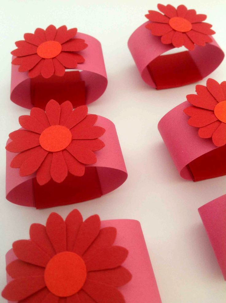SERVIETRINGE Rosa servietringe med blomst i rød og mørk orange. Romantisk bordpynt i smukke røde farver. www.jannielehmann.dk