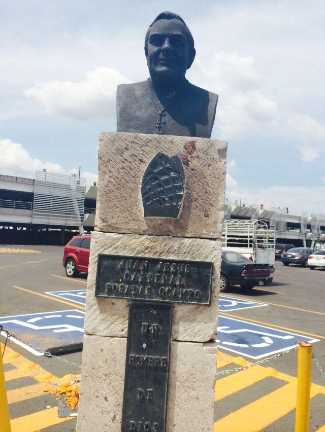 Monumento al Cardenal Posadas Ocampo en el lugar exacto en que fue ultimado a las afueras del aeropuerto de Guadalajara