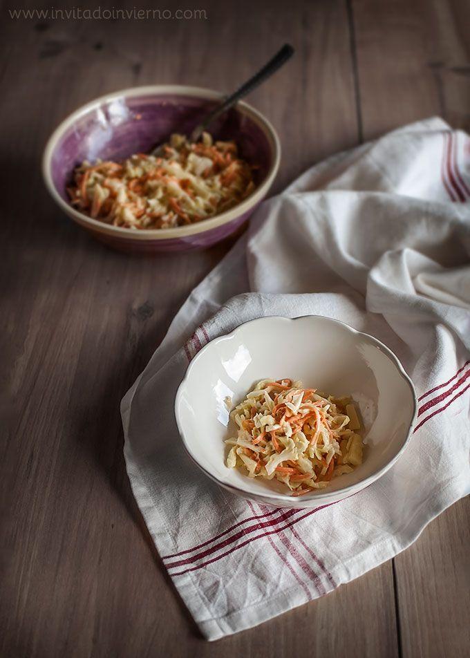 gredientes      Un cuarto de repollo     2 zanahorias     1 manzana Golden     Sal gorda     ¾ taza de salsa mayonesa, sin limón si es casera, suave si es comprada     1 cucharada de vinagre de vino blanco o sidra     1 cucharadita de mostaza en polvo     2-3 cucharadas de azúcar (1-1½ de tagatosa o la cantidad equivalente de endulzante para diabéticos)  Instrucciones      Empezamos por cortar el repollo finito, yo lo hago a cuchillo. Lo ponemos en un recipiente y espolvoreamos una