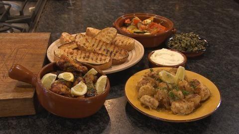 Ramon maakt een gevarieerde maaltijd met diverse Spaanse hapjes, oftewel tapas, met onder andere visballetjes, kip en gepofte groenten.