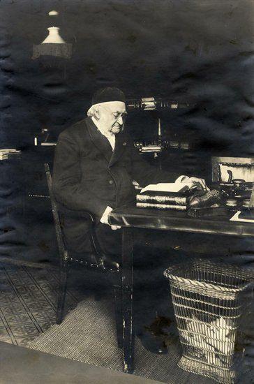 Nicolaas Beets in zijn studeerkamer op Boothstraat 6. Hij woonde hier van 4 augustus 1854 tot aan zijn dood, op 13 maart 1903.