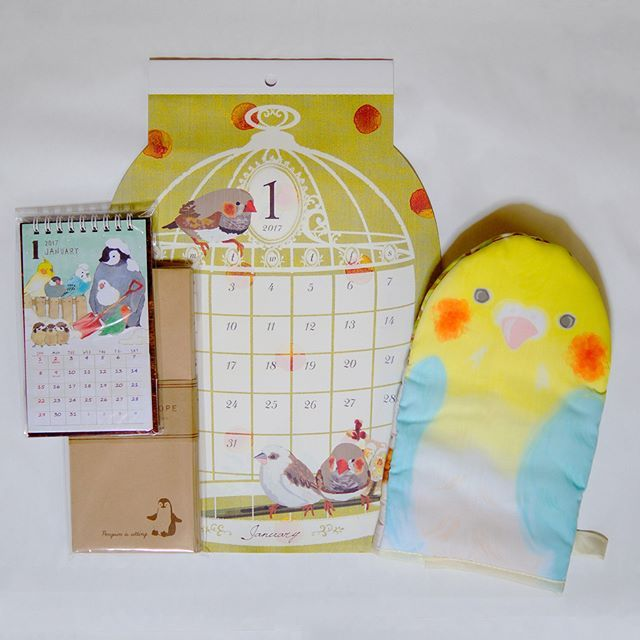 Calendar , Envelope and Potholder  日曜は朝から渋谷で仕事だったので、帰りにペンギンカレンダー目当てでセリアへ行くためだけに池袋で下車。  でもすでに出遅れたようで、スタンドタイプしか売っていませんでした ぺ封筒もゲット。毎年買う100均カレンダーは1月がキンカチョウでかわいいです オカメミトンはその後立ち寄ったスリーコインズで。  #ペンギン #ぺもの #penguin #オカメインコ #cockatiel #キンカチョウ #zebrafinch #calendar #カレンダー #envelope #封筒 #Potholder #鍋つかみ #ミトン #セリア #3coins