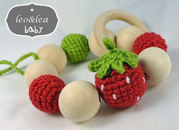 """Der süsser Greifling """"Erdbeere"""" wird deinem kleinen Würmchen ganz bestimmt gefallen.  Schöne bunte Farben locken zur Erkundungtour mit Fingern und Mund.   Insgesamt 10 Holzkugeln und 1 Beissring..."""