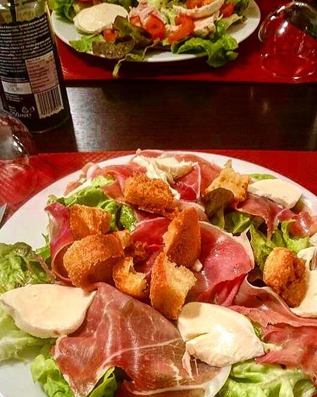 How to make you forget about rainy days & feel the Italian sun ��? With a fresh & yummy Parma - Mozzarella salad ������ #italianfood #italiancuisine #parmaham #mozzarella #salad #salade #yummy #yummyfood #robinopizza #lyon #lyonnais #lyonresto #fresh #freshfood #freshproduce #chef #cheflife #nom #nomnom #foodlyon #foodideas #lunchideas #dinnerideas #pizzeria #brasserie #tasty #foodpic #instafood http://w3food.com/ipost/1505636872835346420/?code=BTlGMI2FK_0
