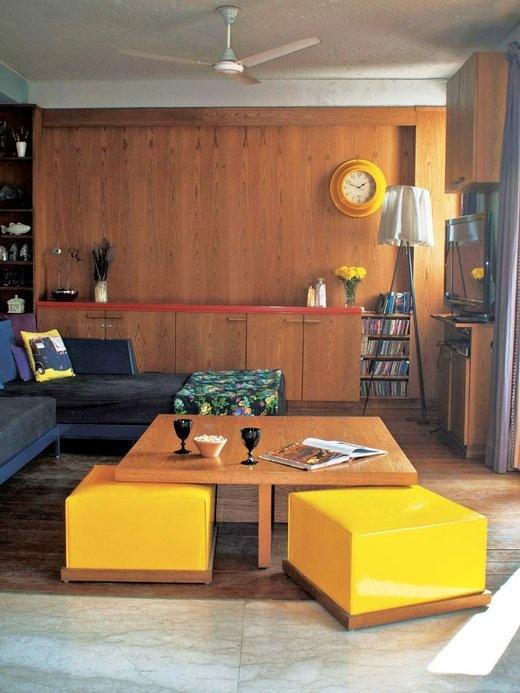 木の壁と床に黄色が躍るファミリーラウンジ
