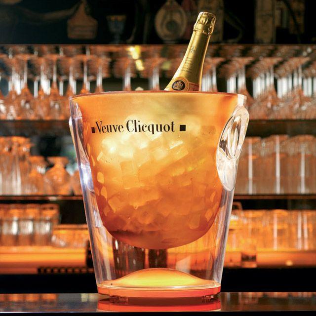 Se o frei Dom Pérignon criou o champanhe, a viúva Clicquot o reinventou, transformando a bebida borbulhante em um ícone do consumo de lux...