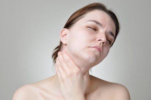 El cáncer de garganta se puede detectar de forma oportuna teniendo en cuenta sus síntomas primarios. En este artículo te los revelamos.