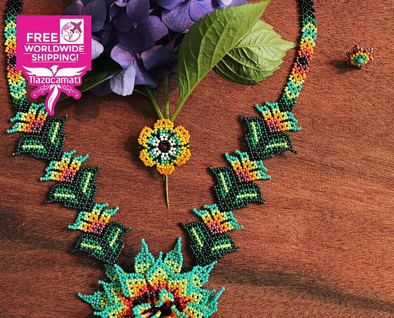 Breve información -- En el México prehispánico existieron pequeñas cuentas del tamaño de la chaquira hechas de diversos materiales: jade, turquesa y pizarra, entre otros. -- Hermoso conjunto Huichol: 100% hecho a mano. Collar Huichol, aretes huicholes y pulsera huichol hechos a