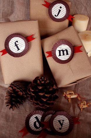 18 formas muy originales de envolver los regalos para que te luzcas esta Navidad: Con papel Kraft y envoltorios de madalenas. — cribeo
