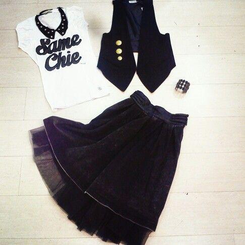 T-shirt con collana Coletti,da mettete dentro alla gonna di jeans a vita alta con tulle,gilet con bottoni grandi il tocco finale per questo #outfit #rock come scarpa sceglierei uno stiletto nero possibilmente lucido,pochette nera un grande bracciale e sarete perfette!