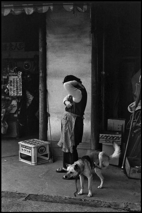 Elliott Erwitt. Kyoto, Japan, 1977. www.theprintlife.com