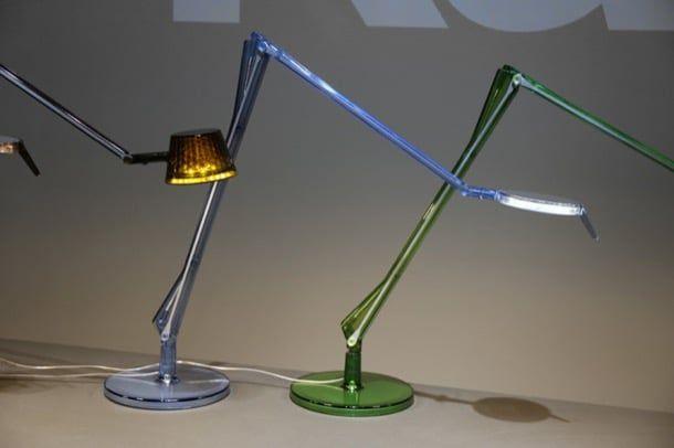 ALEDIN: lámpara de escritorio de tecnología LED. Los diseñadores italianos Alberto & Francesco Meda crearon la lámpara de escritorio ALEDIN, para la conocida marca Kartell. El diseño es innovador, pues la electricidad llega a su fuente luminosa LED a través de su estructura de aluminio. La forma está conseguida con un cuerpo articulado de policarbonato transparente, disponible en varios colores. Hay una versión plana del cabezal, y otra con forma troncocónica.