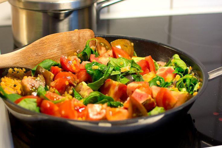 Här har jag gjort en vegetarisk gryta med linser, grädde, färska tomater, vitlök och spenat. Mmm-hm. Ät linsgrytan till (fullkorns)pasta, matgryn eller kokt potatis och en bit bröd.  Om du kombinerar baljväxter (linser, bönor eller ärter) och något spannmål (pasta, matgryn, bröd) så har du säkrat upp måltidens proteinintag – visst är det smart? Mer vego für alles!