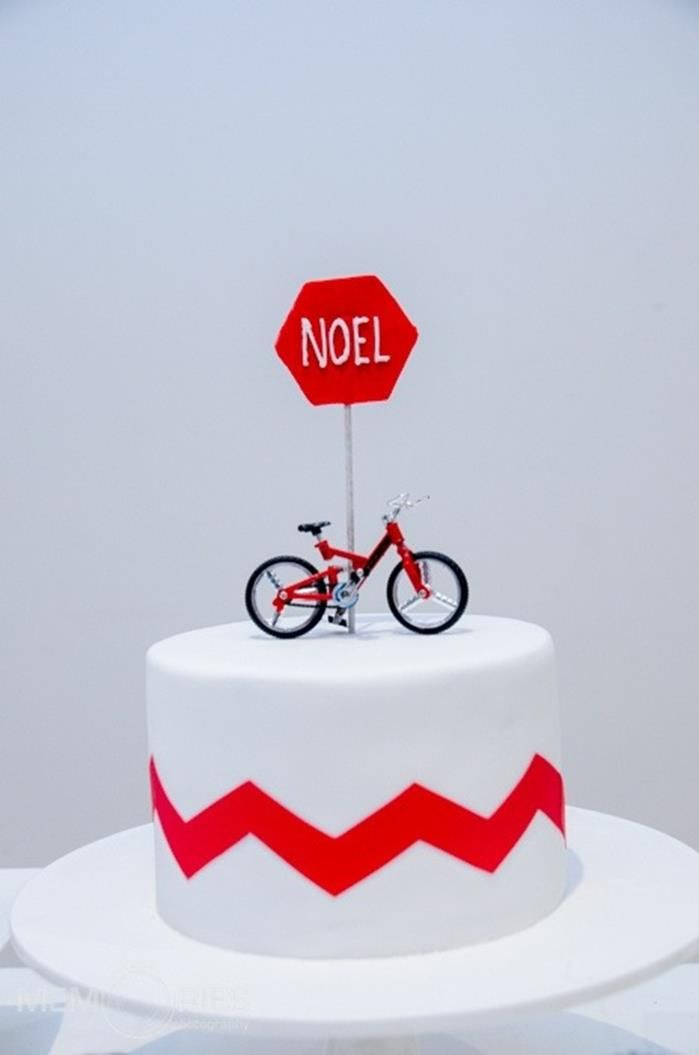 I'm in love with the simplicity of this bike cake. Via Kara's Party Ideas KarasPartyIdeas.com