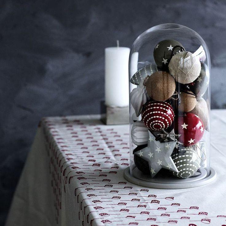 Des boules de Noël sous cloche