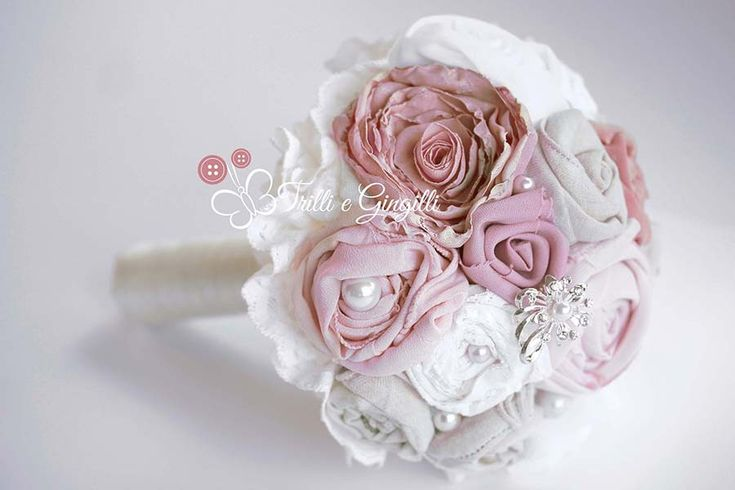 Bouquet con fiori di stoffa bianchi e rosa. Alternative bouquet with fabric flowers pink and white. Vai sul mio sito per vederne altri: http://www.trilliegingilli.com/modelli-foto-tipi-bouquet-realizzo/bouquet-di-stoffa/ #bouquet #wedding