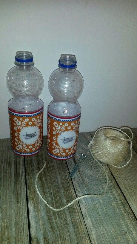 Spijkerpoepen. De flesjes zijn gevuld met een laagje steentjes voor stabiliteit.