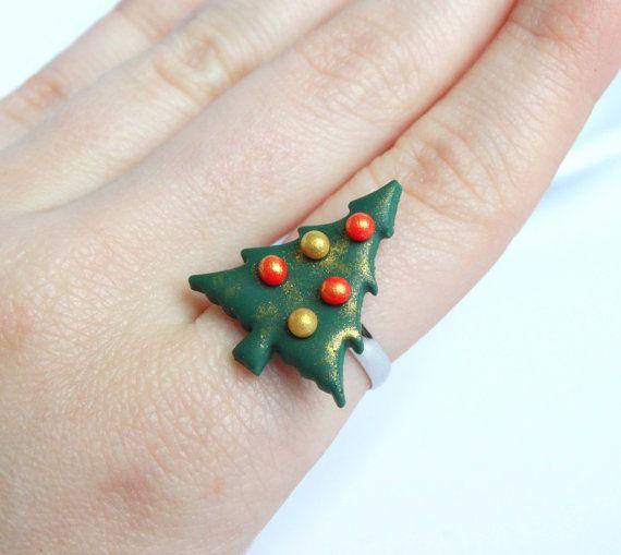 Curioso árbol de Navidad verde anillos grandes vacaciones