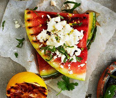 Vattenmelonen blir ännu sötare på grillen. Balansera med salt fetaost, syrlig citron och frisk mynta. Passar utmärkt som tillbehör till annat grillat eller som tilltugg i väntan på att maten ska bli klar. Också vackert att servera på buffén.