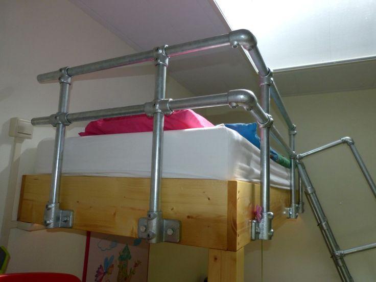 houten vide bed met steigerbuis railing. Ook zo'n bed kan muramura.nl voor je maken!