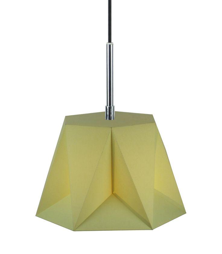 Arigo to stworzona na bazie sześciokąta foremnego lampa, która swoim wyglądem przypomina bryłę geometryczną. Jest to ciekawa propozycja do nie za dużych pomieszczeń. Klosz lampy Arigo wykonany jest z tworzywa sztucznego.
