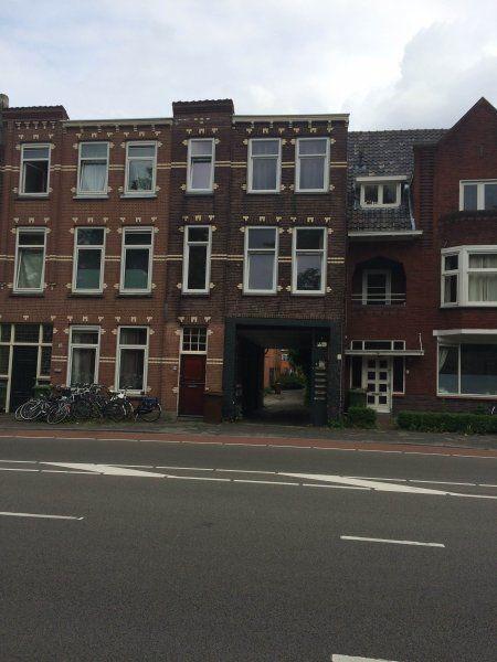 Wilhelminasingel  Per direct beschikbaar kamer (7m2) gelegen nabij het centrum van Breda aan de Singel. Deze kamer is gelegen op de tweede verdieping aan de voorkant van het pand. U heeft een mooi uitzicht over de singel van Breda. De kamer is op loopafstand van openbaar vervoer en nabij het Centraal Station. G  ebruik van gezamenlijke badkamer v.v. douche wastafel en toilet.Op de eerste verdieping bevindt zich ook het 2e toilet en de gezamenlijke keuken v.v. gasfornuis en afzuigkap.  EUR…